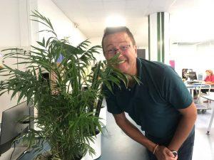 André, s'amuse derrière nos plantes